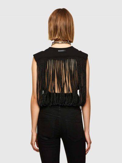 בגד גוף חצי שרוול בצבע שחור, השייך לתת המותג היוקרתי בלק גולד, בסגירת כפתורים, עשוי מתערובת ויסקוזה-נילון נמתח. חלקו הקדמי והאחורי חלק. מתחת לשרו