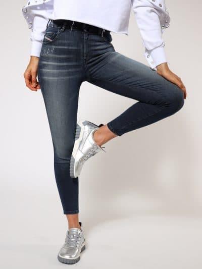 ג'ינס בגזרה גבוהה, סופר סקיני (הגזרה הצרה ביותר בהיצע), בצבע כחול עם שפשופים וקרעים קטנים ועליהם פאצ'ים, באורך קרסול, בסגירת רוכסן.המכנס עשוי מב