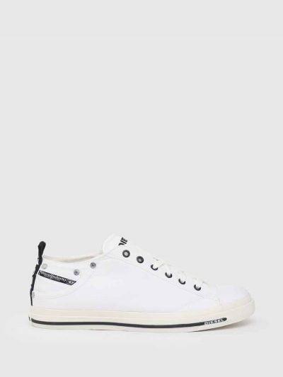 סניקרס בגזרה נמוכה בצבע לבן. חלקן העליון עשוי מניילון והסוליה מגומי. לוגו המותג בלשונית ובגב הנעל. בחלקה החיצוני בצד, כיס קטן.
