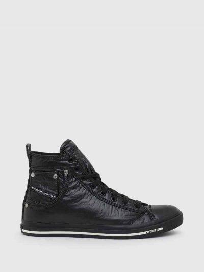 סניקרס מבד ניילון מבריק, בצבע שחור ובגזרה גבוהה. סוליית הנעל מגומי. לוגו המותג בלשונית בצבע הרקע ובגב הנעל.
