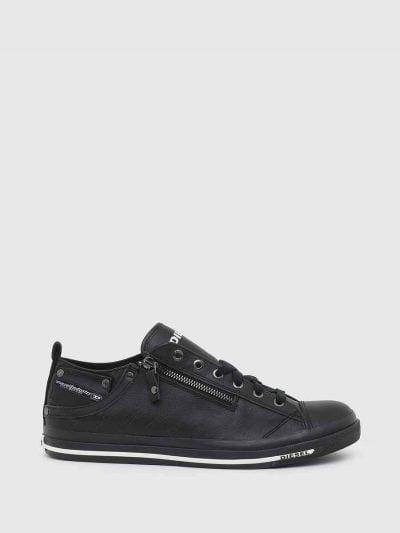 סניקרס עור בגזרה נמוכה בצבע שחור ורוכסן קטן. שם המותג במוטיב חוזר על כל הנעל. בחלקה החיצוני בצד, כיס קטן.