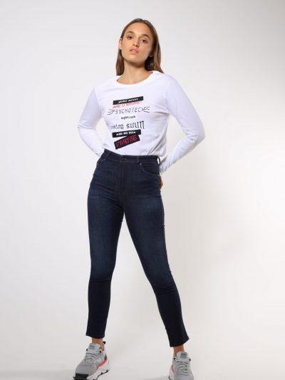 טישרט שרוול ארוך בגזרת אובר סייז, בצבע לבן  עשויה כותנת ג'רזי משובח. על החזה שילוב של פאצ׳ים ורקמות, בצבעים ומשפטים שונים. בעורף, הדפס לוגו המותג