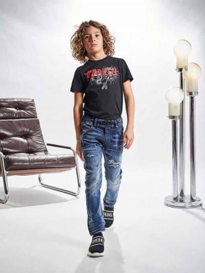 מכנס ג'וג בגזרה צרה, בצבע כחול משופשף עם קרעים סגורים בשילוב חגורת גומי אלסטית ושרוך. המכנס הוא שילוב ייחודי וראשון מסוגו המשלב תפירה בצורת שתי ו