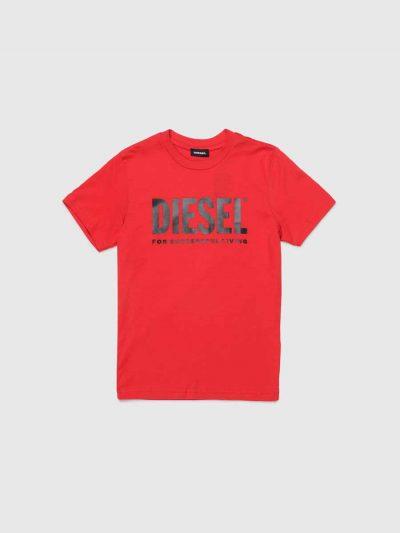 טישרט שרוול קצר, בגזרה רגילה ובצבע אדום, עשויה כותנת ג'רזי דקה ואיכותית. בחזה הדפס לוגו בצבע שחור.