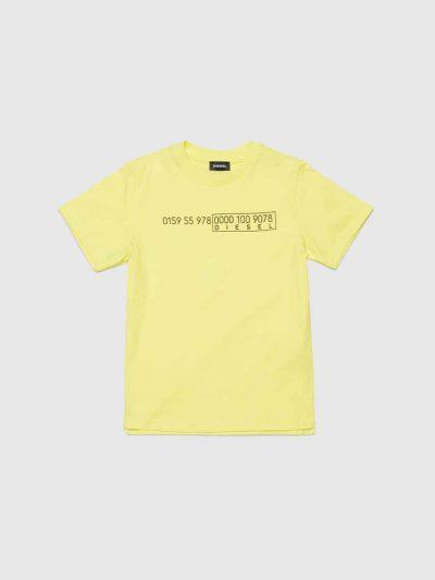 טישרט שרוול קצר, בצבע צהוב ובגזרה רגילה עם שסעים צידיים קטנים ושוליים אחוריים מעט מאורכים. עשויה כותנת ג'רזי דקה ואיכותית. בחזה הדפסת לוגו שחור ב