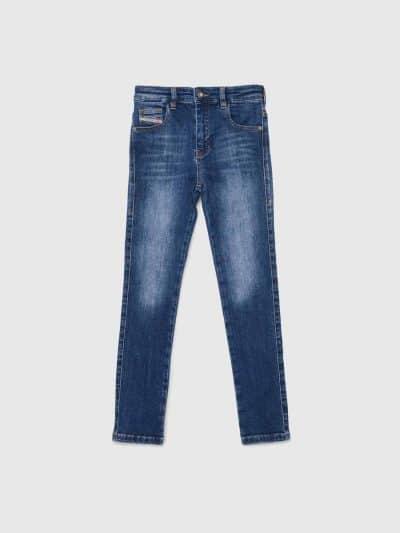 ג'ינס בגזרה גבוהה, סופר סקיני (הגזרה הצרה ביותר בהיצע), בצבע כחול משופשף, באורך קרסול, בסגירת רוכסן.המכנס עשוי מבד אלסטי, גמיש וחזק ששומר על צור