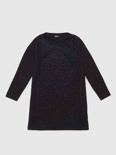 שמלת כותנה ג׳רזי איכותית עם שרוולים ארוכים. השמלה בצבע שחורובגזרה רגילה, מעוטרת אבנים שחורות מבריקות בחלקה הקידמי.
