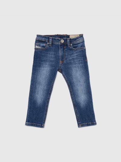 מכנסי ג'ינס לתינוקות עד גיל 3, בגזרת סקיני (צמודים לכל אורך הרגל) ונמוך, בצבע כחול משופשף קלות ובמראה קלאסי, בסגירת רוכסן, עשוי מבד ג'ינס אלסטי.