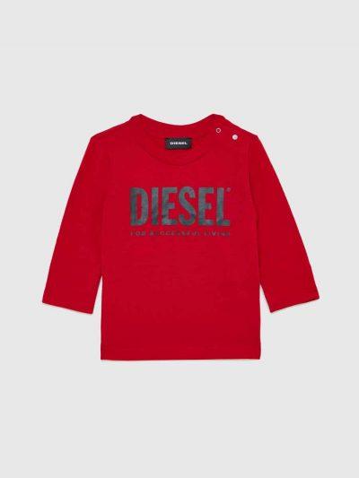 טישרט שרוול ארוך לתינוקות, בגזרה רגילה ובצבע אדום, עשויה כותנת ג'רזי דקה ואיכותית. על כתף שמאל שני כפתורי לחיצה ובחזה הדפס לוגו בצבע שחור.