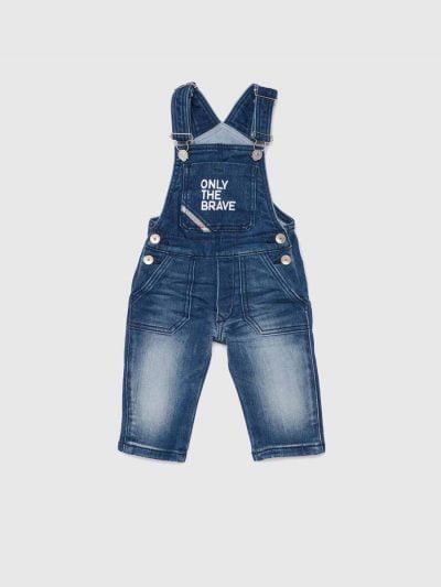 אוברול לתינוקות מבד ג'וג ג'ינס בצבע כחול עם כיתוב בלבן בעל כתפיות מתכווננות וכיס קדמי גדול.