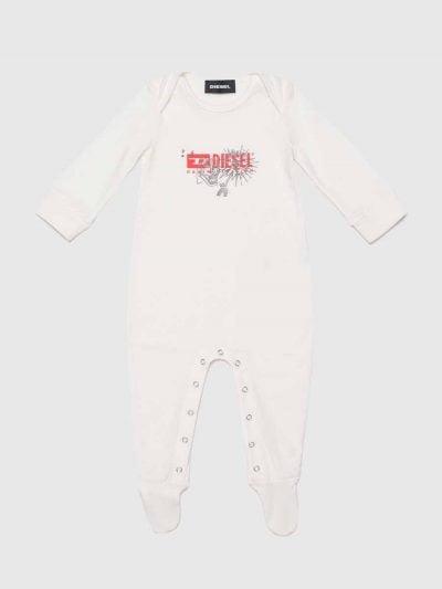 אוברול מבד כותנה עדינה, לתינוק, בצבע לבן, עם שרוולים ארוכים והדפס לוגו דיזל משולב איור. בעל כפתורים ברגליים.