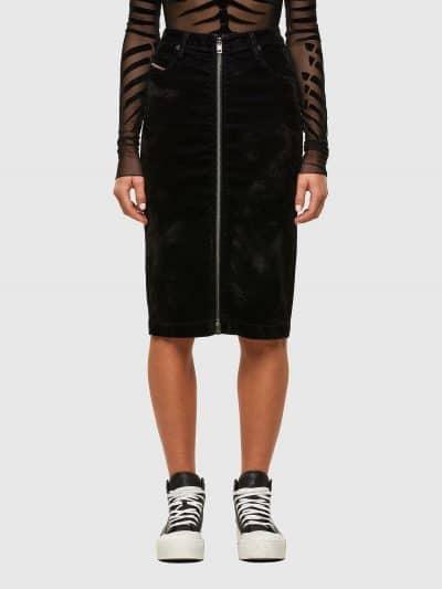 חצאית ג׳וג ג׳ינס בצבע שחור עם טכנולוגיית ציפוי קטיפה בגזרת עיפרון ובסגירת רוכסן לכל האורך. החצאית כוללת ארבעה כיסים ואת הכיס ׳החמישי׳ של דיזל עם