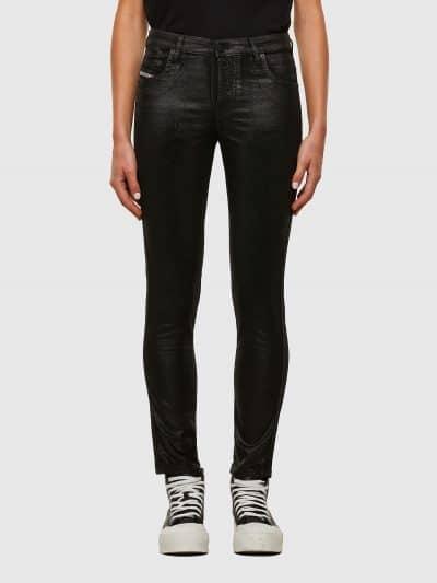 מכנס ג'ינס בגזרת מותן רגילה, ישרה וצרה (באורך קרסול), בצבע שחור מבריק עם טכנולוגיית ציפוי קטיפה לאורך הג׳ינס, בסגירת רוכסן. על החגורה מאחור, פאץ'