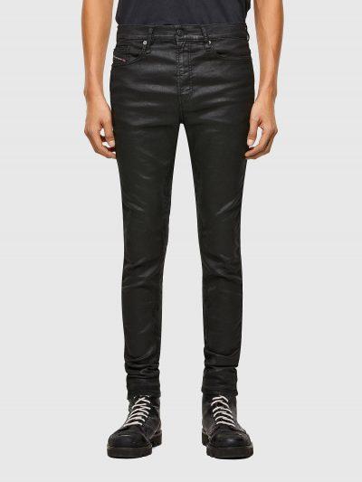 מכנסי ג׳וג ג׳ינס בגזרת סקיני עם סגירת רוכסן ובצבע שחור מבריק. ג'וג ג'ינס הוא שילוב ייחודי הבלעדי לדיזל וראשון מסוגו, המשלב תפירה בצורת שתי וערב ש