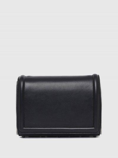 תיק צד בינוני מעור בצבע שחור ובסגירת  מגנט. לתיק, פאץ' גומי תחתון, גדול ותלת מימדי של לוגו המותג וגימור דמוי רוכסן. רצועת העור המתכווננת ניתנת לנ