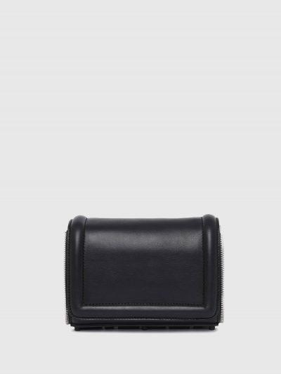 תיק צד קטן מעור בצבע שחור ובסגירת  מגנט. לתיק, פאץ' גומי תחתון, גדול ותלת מימדי של לוגו המותג וגימור דמוי רוכסן. רצועת העור המתכווננת ניתנת לניתו