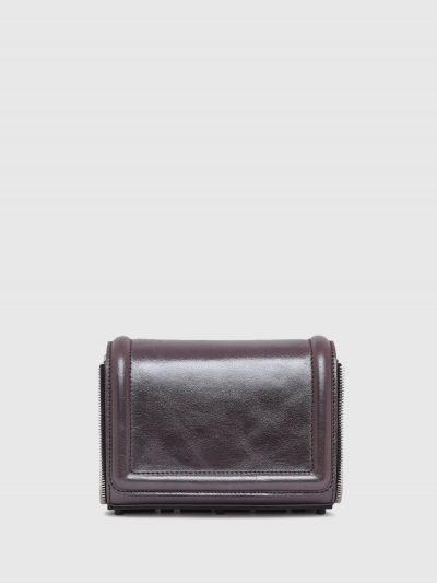 תיק צד קטן מעור בצבע שחור/כסף מטאלי ובסגירת  מגנט. לתיק, פאץ' גומי תחתון, גדול ותלת מימדי של לוגו המותג וגימור דמוי רוכסן. רצועת העור המתכווננת נ