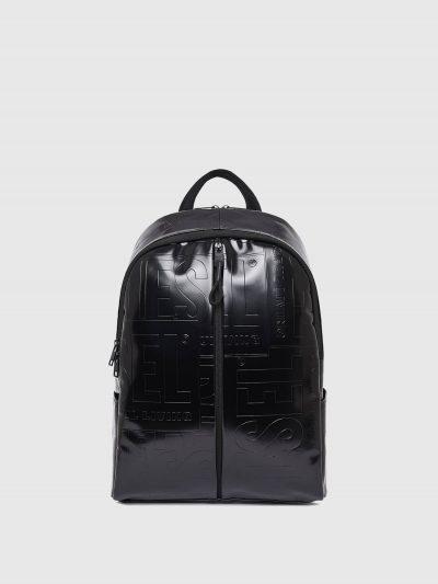 תיק גב דמוי עור בצבע שחור עם סגירת רוכסן כפולה, כיסים מרובים וגב רשת מרופד. לאורך התיק מוטבעים פאצ'ים גרפיים של לוגו המותג.