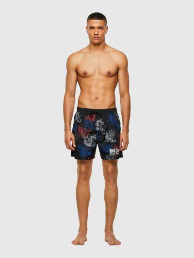 מכנסי בגד ים שחורים באורך בינוני עם חגורה אלסטית והדפס דרקונים בצבע לבן, אדום וכחול. המכנסיים כוללים תחתוני רשת פנימיים ושני כיסי צד, מאובטחים בר