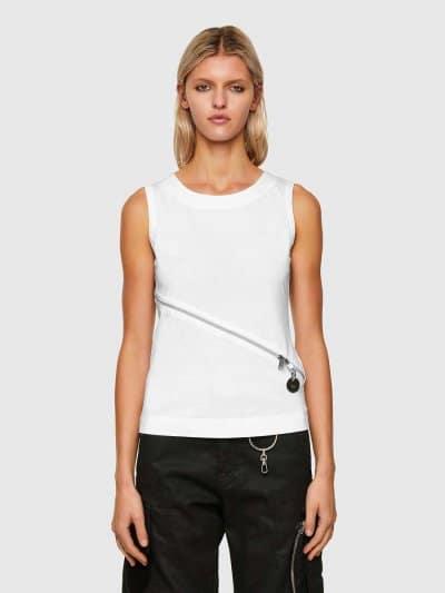גופיה, בגזרה צרה בצבע לבן, עשויה כותנת ג'רזי משובחת. לגופיה, רוכסן קדמי, אלכסוני ודו כיווני ליצירת מראה אדג'י וייחודי.