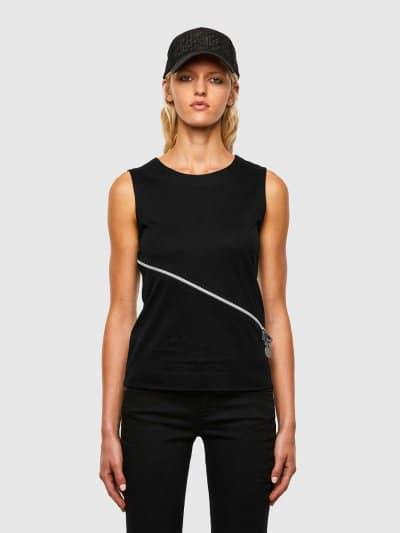 גופיה, בגזרה צרה בצבע שחור, עשויה כותנת ג'רזי משובחת. לגופיה, רוכסן קדמי, אלכסוני ודו כיווני ליצירת מראה אדג'י וייחודי.