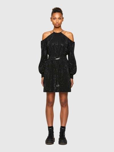 שמלת כותנה ג׳רזי משובחת בצבע שחור בגובה ברך. השמלה נתלית על הצוואר על ידי שרשרת כסופה, כתפיים חשופות וחגורת מותן אלסטית עם שרוך להתאמת מידה. מעוט