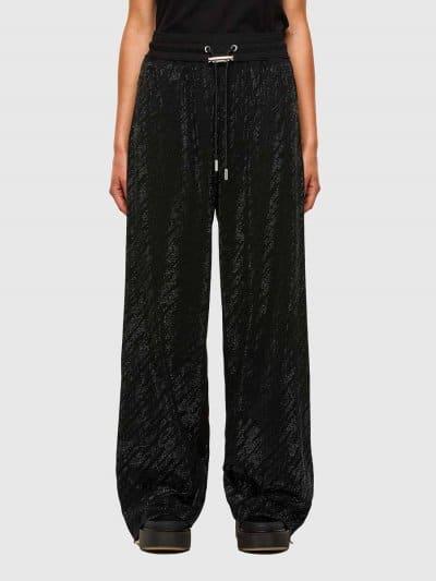 מכנסיים בגזרה רחבה, עשויים מכותנה ג׳רזי משובחת בצבע שחור. לכל אורך המכנסיים עיטורי מיקרו ניטים מבריקים וחגורת מותן אלסטית עם שרוכים בעלי סיומת מת