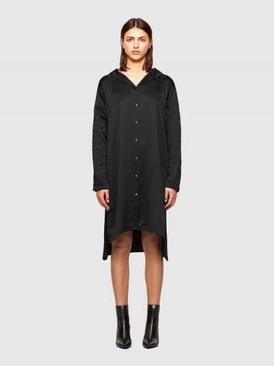 שמלה בגזרה רחבה במראה של חולצה מכופתרת בצבע שחור. לשמלה סגירה קידמית של כפתורי לחיצה כסופים, מוטיבים של עצמות דג רקומות בשחור באזור המחשוף ולאורך