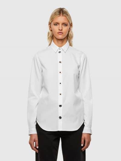 חולצה מכופתרת בסגירת כפתורי לחיצה מתכתיים וגדולים בצבע לבן ובגזרה צרה. פסים סרוגים על החפתים.