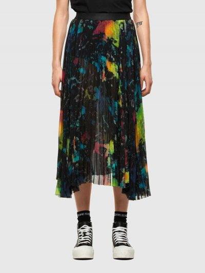 חצאית 'פליסה' עם הדפס צבעוני, באורך מתחת לברך. לחצאית חגורת מותן אלסטית ושסע שמאל עמוק. שול החצאית גולמי וא-סימטרי. פאץ' לוגו המותג, על החגורה מא