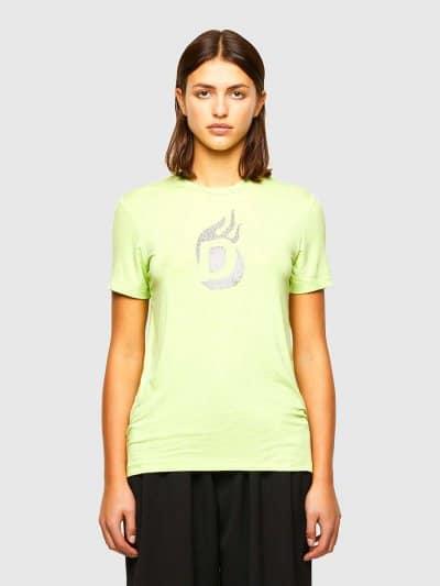 טישרט שרוול קצר, בגזרה צרה בצבע ירוק ניאון, עשויה ויסקוזה וסטרץ'. על החזה, הדפס האות D משובץ מיקרו ניטים באפקט להבה. על הגב, שם המותג משובץ מיקרו