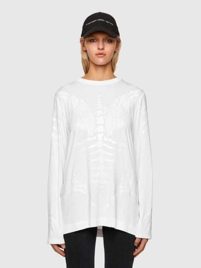 טישרט שרוול ארוך, בגזרה רחבה, בצבע לבן, עשויה ויסקוזה וסטרץ'. לאורך החולצה, הדפסים בצבע לבן מבריק במוטיב שלד דג והדפס לוגו המותג בעורף.