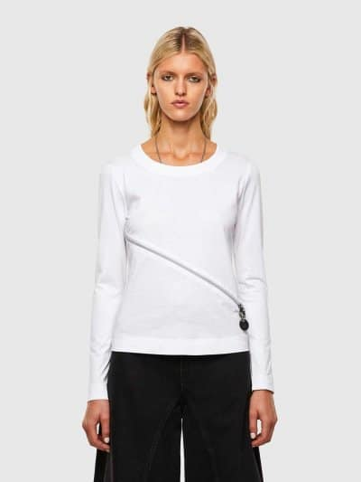 טישרט עם שרוולים ארוכים, בגזרה צרה ובצבע לבן, עשויה כותנת ג'רזי משובחת. לחולצה, רוכסן קדמי, אלכסוני ודו כיווני ליצירת מראה אדג'י וייחודי.