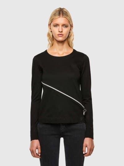 טישרט עם שרוולים ארוכים, בגזרה צרה ובצבע שחור, עשויה כותנת ג'רזי משובחת. לחולצה, רוכסן קדמי, אלכסוני ודו כיווני ליצירת מראה אדג'י וייחודי.