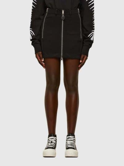 חצאית בצבע שחור, בגזרת מיני צרה ובסגירת רוכסן דו כיווני. שני כיסים אחוריים ורוכסנים בצדדים להשלמת המראה הייחודי. על המותן מאחור, פאץ' לוגו המותג.