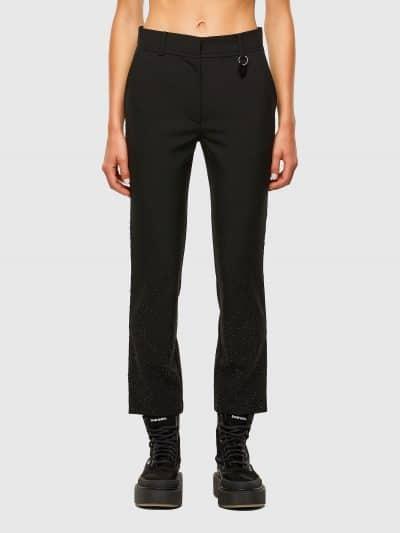 מכנסי צמר בצבע שחור הנסגרים ברוכסן מוסתר בגזרה רגילה וישרה עם גובה מותן אמצע. למכנסיים שני כיסים קדמיים ושניים אחוריים וקצוות פרומים במותן ובצידי הרגליים. לאורך הרגליים משובצים מיקרו-ניטים ליצירת מראה ייחודי ואלגנטי.
