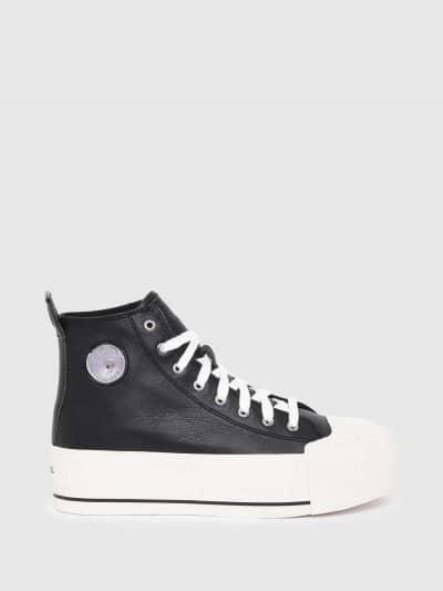 סניקרס עם פלטפורמה מעור בצבע שחור ובגזרה גבוהה. לוגו המותג בלשונית ובגב הנעל על הפלטפורמה הלבנה. בחלקה החיצוני בצד פאץ׳ ׳מוהוק׳ המיתולוגי בצבע כס