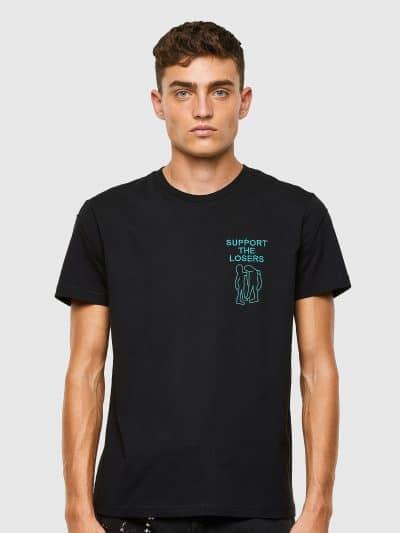טישרט שרוול קצר בגזרה רגילה בצבע שחור עשויה כותנת ג'רזי משובחת. על החזה משמאל רקמה מאויירת בצבע טורקיז ומעליה סלוגן העונה.