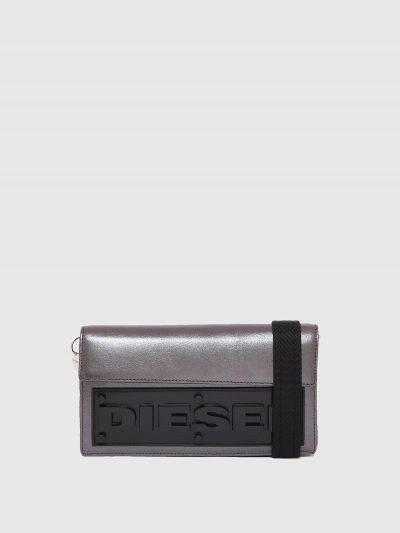 ארנק-תיק מעור מטאלי כסוף עם שחור, עם תאים מרובים ופאץ' לוגו קדמי תלת מימדי. הארנק נסגר במגנט ובעל רצועת בד הניתנת להסרה לשימוש כתיק קטן.