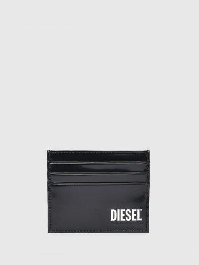ארנק עור שחור מבריק עם הדפס בצבע לבן של לוגו המותג. לארנק שישה תאים לאחסון כרטיסים ותא אחד מרכזי.