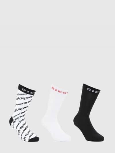 מארז של 3 גרביים בגזרה גבוהה, זוג בצבע לבן עם לוגו המותג בצבע אדום, זוג בצבע שחור עם לוגו המותג בצבע לבן וזוג בצבע לבן עם הדפס סלוגן חוזר בצבע שח