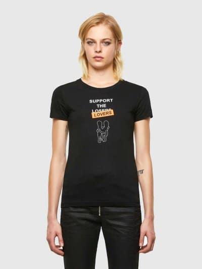 טישרט שרוול קצר בגזרה צרה ובצבע שחור עשויה כותנת ג'רזי משובחת. על החזה, הדפס סלוגן העונה