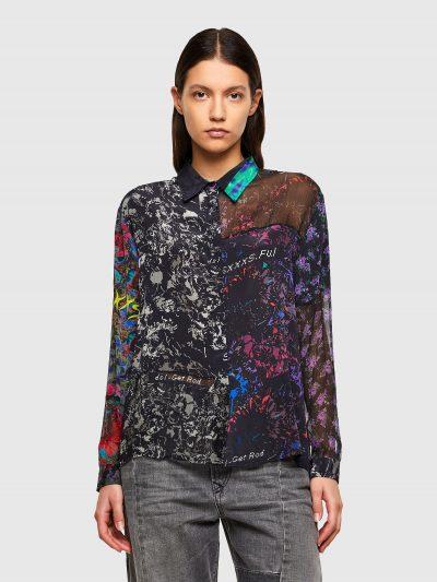 חולצה מבד ׳קרפ׳ שקוף עליה מודפסות דוגמאות שונות של הדפסים. החולצה בגזרה רגילה ונסגרת בכפתורים. בעורף פאץ׳ לוגו המותג בצבע שחור.