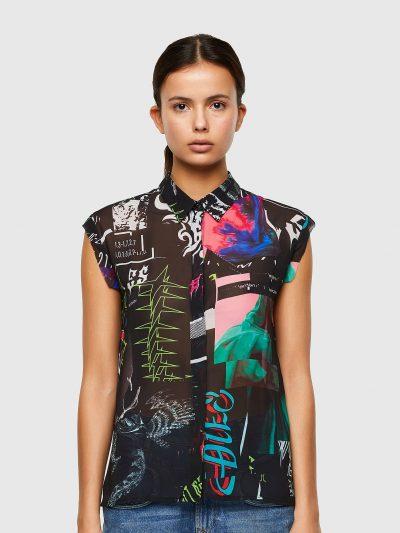 חולצה מכופתרת צבעונית ללא שרוולים הנסגרת בכפתורים נסתרים ובגזרה רגילה. החולצה עם הדפסים שונים ובצבעים שונים. פאץ' לוגו בצבע שחור על העורף.