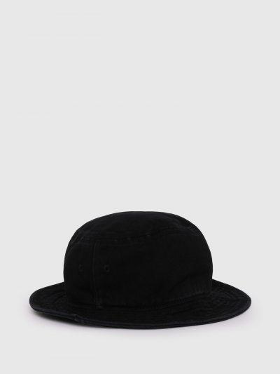 כובע באקט בצבע שחור עשוי מכותנת טוויל רכה וממותג בפאצ'ים לוגו קטנים בצבע שחור.