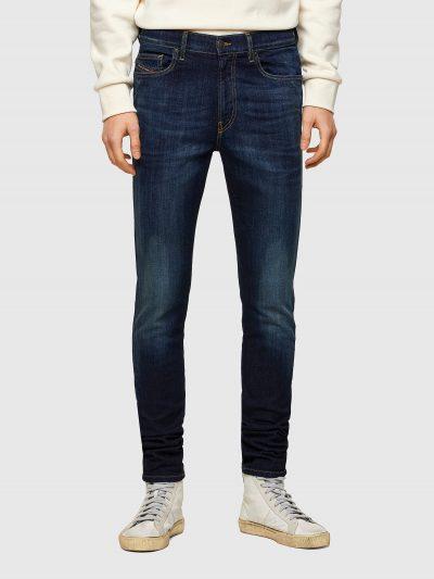 מכנסי ג'ינס בגזרת סקיני לכל האורך, בצבע כחול כהה, בסגירת רוכסן. המכנס משופשף קלות ובמראה קלאסי. המכנס מיוצר מבד ג'ינס נמתח לנוחות רבה. על כיס ימי