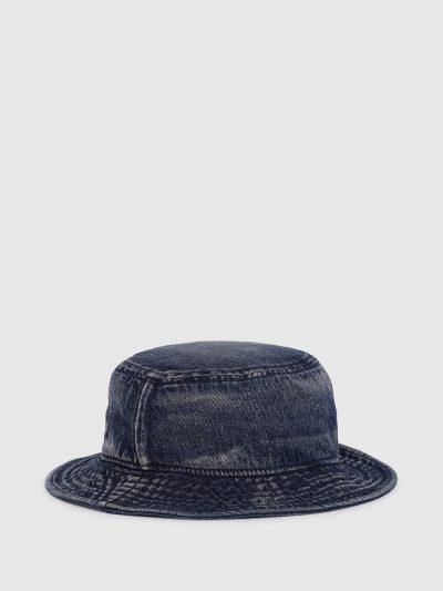 כובע באקט ג'ינס בצבע כחול כהה עשוי בטכנולוגיית 'סטון וואש' ליצירת מראה וינטג' וממותג בפאצ'ים לוגו קטנים בצבע שחור.