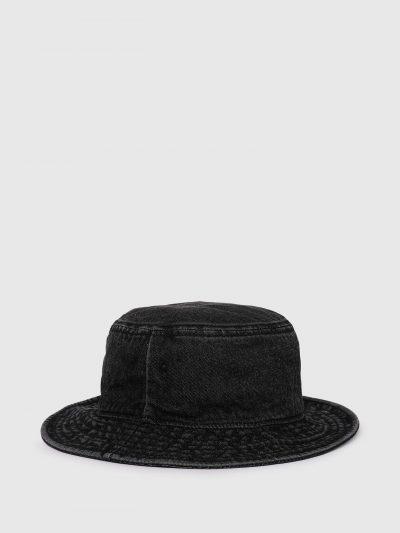 כובע באקט ג'ינס בצבע שחור עשוי בטכנולוגיית 'סטון וואש' ליצירת מראה וינטג' וממותג בפאצ'ים לוגו קטנים בצבע שחור.