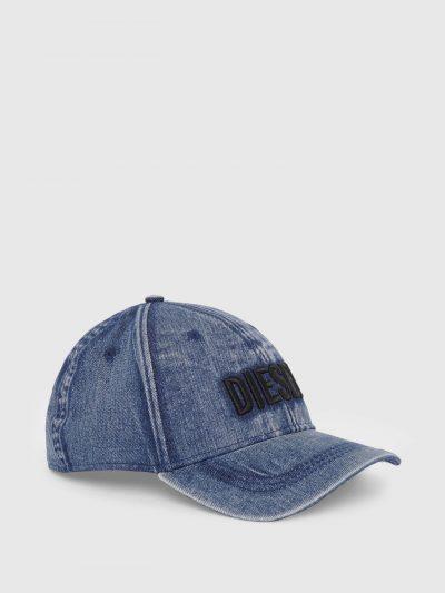 כובע מצחיה בצבע כחול עשוי מג׳ינס מטופל ליצירת אפקט וינטג׳. לוגו המותג רקום מקדימה והמצחיה במראהמעובד להשלמת המראה הייחודי.