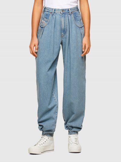 מכנס ג'ינס בגזרת מותן,רגילה מעט גבוהה, בויפרנד במראה וינטג', בצבע תכלת קלאסי ובסגירת רוכסן. מתחת לכיסים הקדמיים עטורי מתכת כסופים והרגליים עם סיו